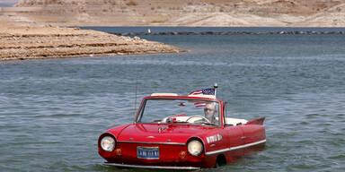 James Spears tuckert mit seinem Amphibienauto über den Lake Mead