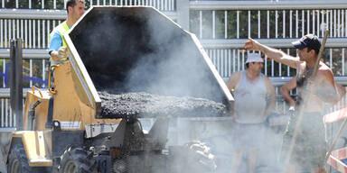 Arbeiter stürzte auf heißen Asphalt und erlitt Verbrennungen