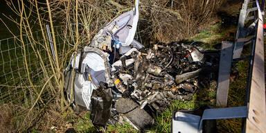 Auto bei Horror-Crash komplett zerstört: 3 Tote