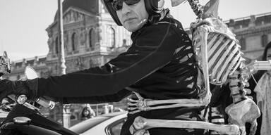 Ein Biker sorgt mit seinem Sozius für staunende Touristen in Paris