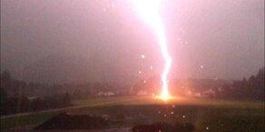 Spektakuläres Foto zeigt Blitzeinschlag in Tirol