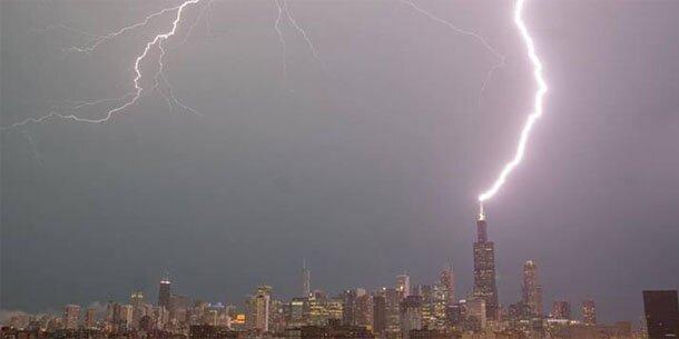 Blitz schlägt in höchstes gebäude ein