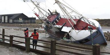 Nach der Flut in Dänemark liegt dieses Schiff am Trockenen