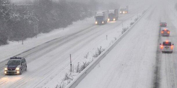 A21: Schnee-Chaos sorgt für Totalsperre