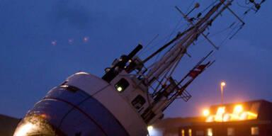 Nach der Flut in Dänemark liegt dieses Boot jetzt am Trockenen