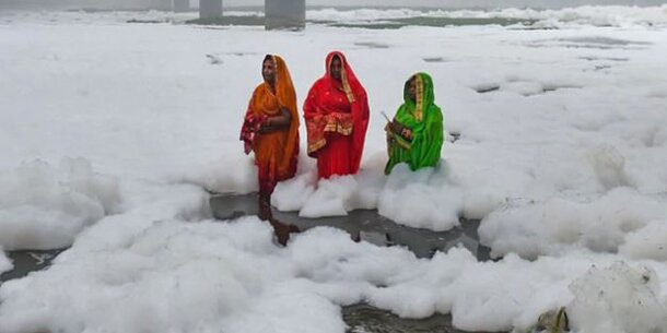 Diese Frauen in Indien baden nicht im Schnee