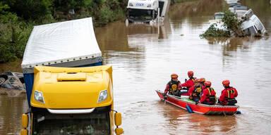 Überflutungen in Deutschland: Tote in versunkenen Autos?