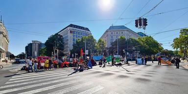 Öko-Rebellen besetzen den Urania-Vorplatz