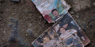 Ein zerstörtes Foto einer Familie liegt am Boden eines Flüchtlingscamps nähe der serbischen Grenze.