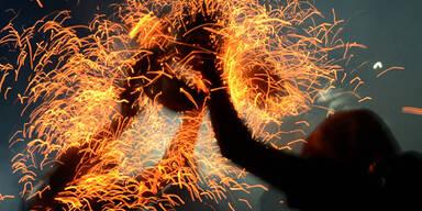 Jugendliche nehmen an einer religiösen Feuer-Zeremonie auf Bali teil
