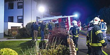Mann stach 30 Mal auf Ex-Freundin ein und sprang vor Feuerwehrauto