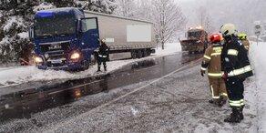 Schnee sorgt weiter für Chaos auf den Straßen