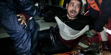 Ein syrischer Flüchtling wird von griechischen Helfern gerettet.