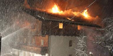 Tirol: 300 Jahre altes Bauernhaus in Flammen