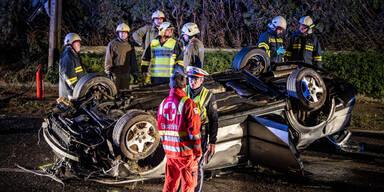 Auto crasht und landet auf Dach – Lenker tot