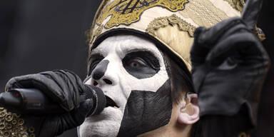 Die schwedische Band Ghost BC performt auf einem Festival nahe Paris