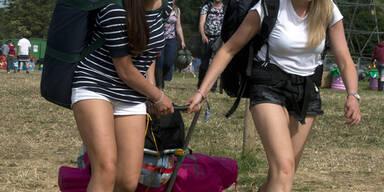 Tausende Fans sind am Weg zum Glastonbury-Festival