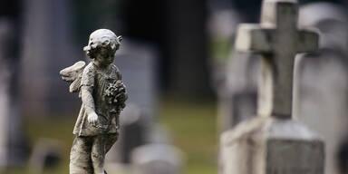 Grabstein stürzte in Niederösterreich auf 53-Jährigen