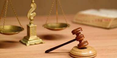 Messerattacke vor Lokal in NÖ: 18 Jahre Haft und Einweisung