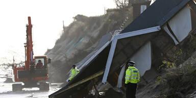 Ein ganzes Haus ist im Osten Englands abgerutscht