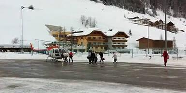 Helikopter fliegt Touristen aus Ischgl aus