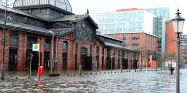 In Hamburg ist der historische Fischmarkt überflutet