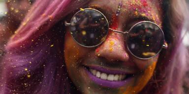 Diese hübsche juge Dame freut sich beim Holi-Fest in Malaysia dabei zu sein