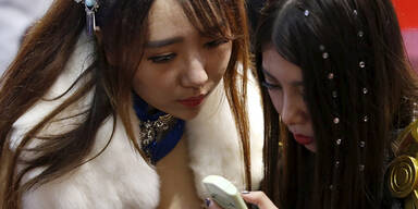 Diese Hostess bei einer Handy-Messe lässt tief blicken