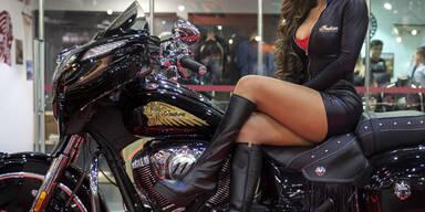 Sexy Hostess bei einer Motorrad-Messe in Sao Paulo