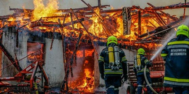 Blitz schlägt in Bauernhof: Großbrand