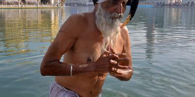 Ein Inder nimmt ein Bad bei Amritsar