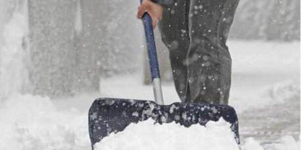 Mann beim Schneeschaufeln von Auto zerquetscht - tot