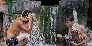 Bei fast 40 Grad ist in Kalkutta jede Abkühlung willkommen
