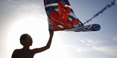Beim Kite Festival in Redondo Beach ist auch dieser Bub mit seinem Spiderman-Drachen am Start