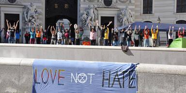 Klima-Aktivisten festgenommen: Polizei räumt Michaelerplatz