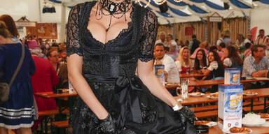 Sarah Knappik zeigt sich bei einer Oktoberfest-Kopie in Frankfurt im sexy Dirndl