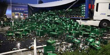 LKW kippte um und verlor hunderte Kisten Bier