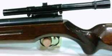 Beim Hantieren mit Waffe Freund angeschossen