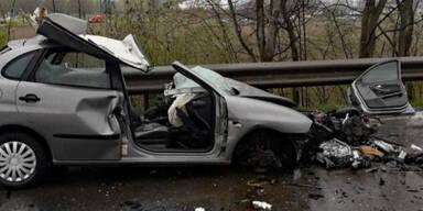 Pkw crasht frontal in Lkw: 31-Jähriger tot