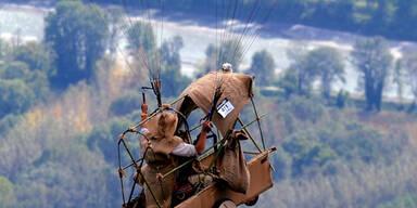 Ein (historischer) Paraglider genießt die Aussicht über Frankreich