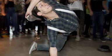 Dieser Teilnehmer einer nickt-alkoholischen Tanz-Party gibt ordentlich Gas