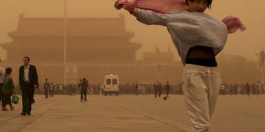 Ein Sandsturm fegt über Peking (China) hinweg
