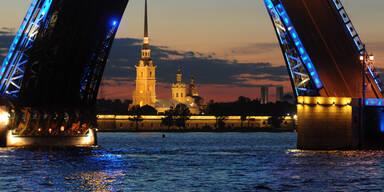 Spektakulärer Blick auf die Dvortsovaya-Brücke in St. Petersburg