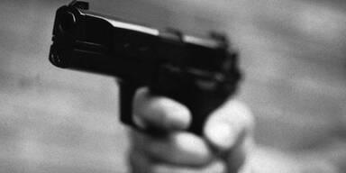 Mann mit Pistole raubt 47-Jährige in ihrem Auto aus