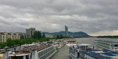 Schiffe bei der Wiener Reichsbrücke