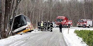Linienbus bei Tulln von der Straße abgekommen