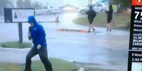Reporter simuliert Sturmböen: Netz lacht sich kaputt