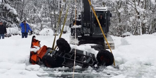 Schneepflug bricht in Badesee ein