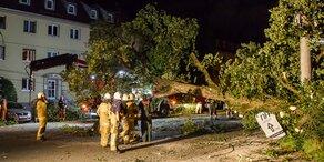 Unwetter: Drei Verletzte durch fliegende Trümmerteile