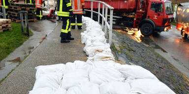 Die Feuerwehr in Bremen errichtet Sandsack-Barrieren
